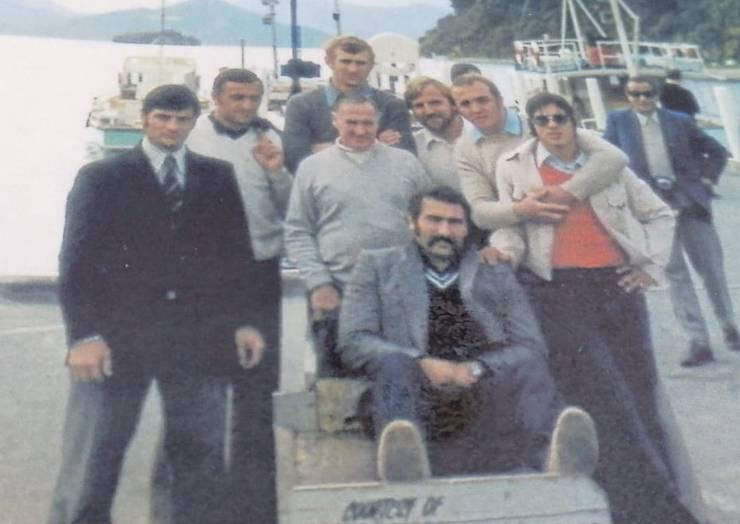 Irimescu (stânga) - cu jucători ai echipei naționale în turneul din Noua Zeelandă 1975