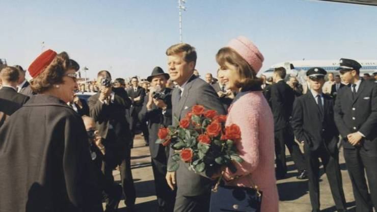 "Oliver Stone aratà în filmul ""JFK Revisited"" cà fostul presedinte american Kennedy a fost victima CIA."