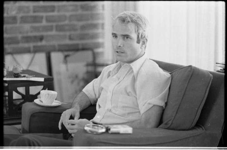 Tânărul John McCain dă un interviu după întoarcerea în SUA, în 1974 (Sursa foto: Biblioteca Congresului SUA/Wikicommons/Thomas J. O'Halloran)
