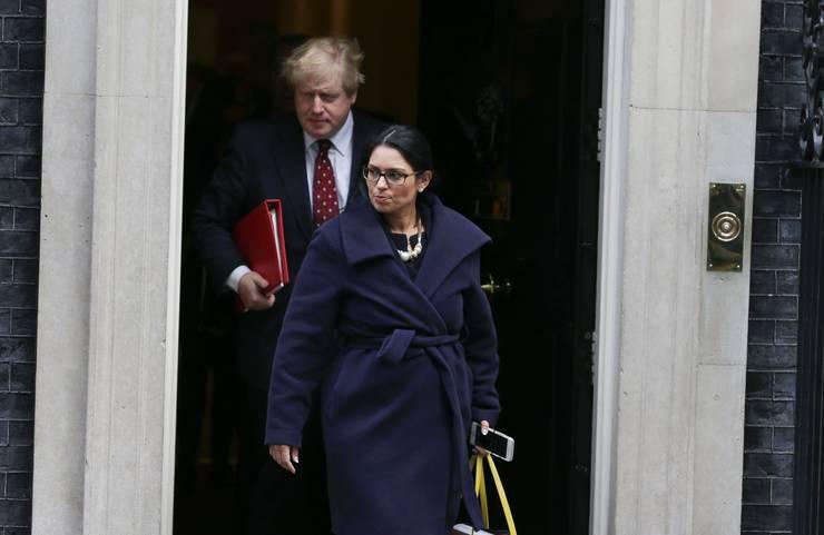 Prim ministrul Boris Johnson și ministrul de interne Priti Patel