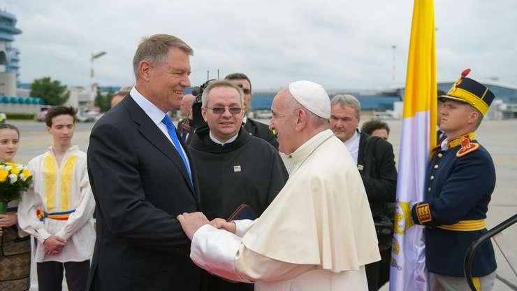 Klaus Iohannis și Papa Francisc (Sursa foto: Twitter/Klaus Iohannis)