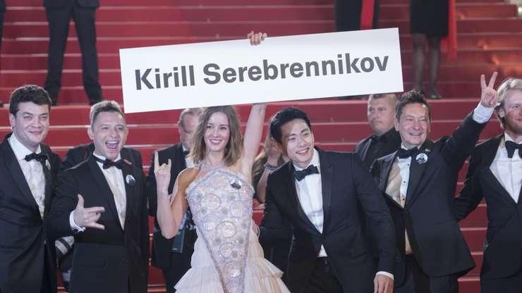 Echipa filmului Leto, fàrà regizorul Kirille Serebrennikov, urcà covorul rosu la Cannes si ridicà o pancartà cu numele absentului