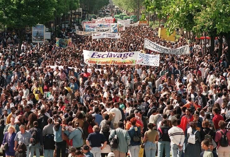Pe 23 mai 1998, zeci de mii de oameni - în majoritate din teritoriile franceze de peste màri - defileazà la Paris cu ocazia comemoràrii a 150 de ani de la abolirea sclaviei.