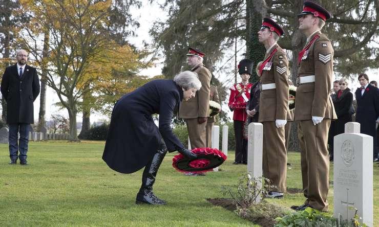 Theresa May depune coroane de flori în Belgia