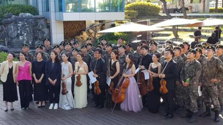 Militari sud-coreeni veniti sa asiste la unul dintre concertele festivalului de muzica clasica PLZ 2019 si pozeaza cu bucurie cu muzicienii.