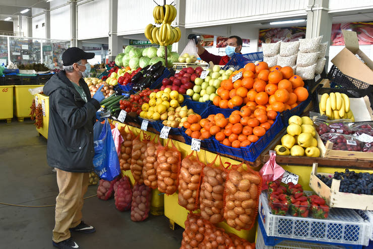 Un bărbat cumpără fructe în Craiova (Mediafax Foto/Remus Badea)