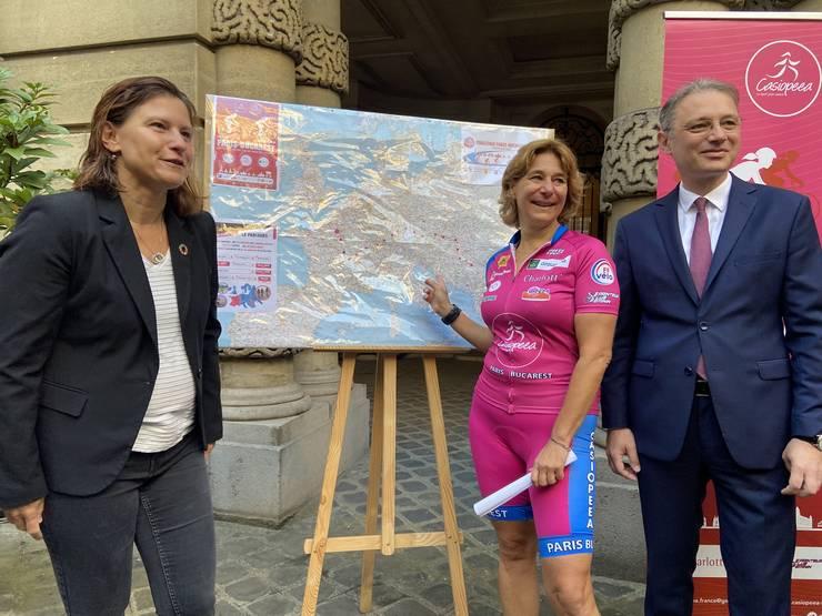 MInistrul Sporturilor francez si ambasadorul României la Paris alaturi de harta pe care se poate vedea traseul de 4.000 de km ce urmeaza sa fie strabatut de echipa Casiopeea.