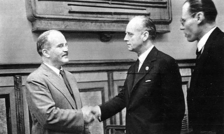 Viaceslav Molotov (stânga) dă mâna cu Joachim von Ribbentrop