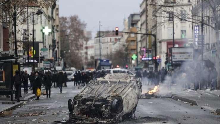O masina arde în apropiere de Liceul profesional Jean-Pierre Timbaud. Liceenii i-au dat foc, nemultumiti de reforma educatiei, 3 decembrie 2018, Aubervilliers.