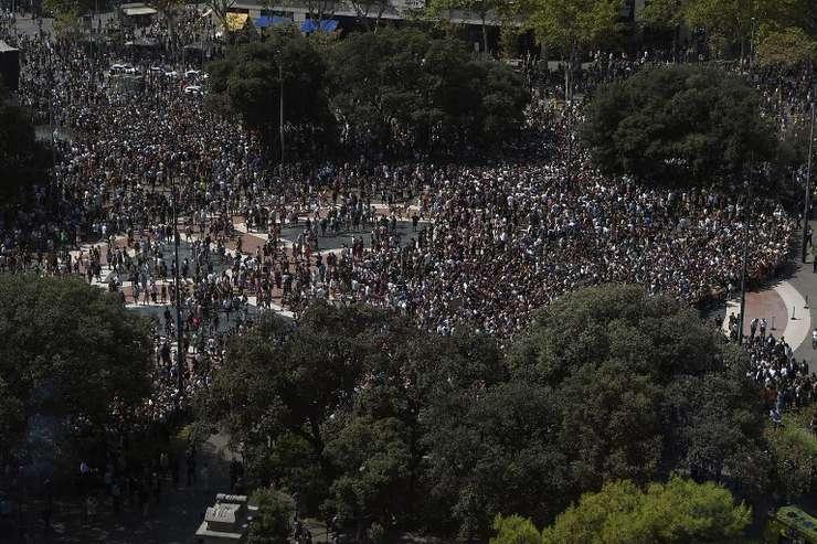 Mii de oameni păstrează un minut de reculegere în Plaza de Catalunya, la o zi după atentatul din Barcelona (Foto: AFP/Lluis Gene)
