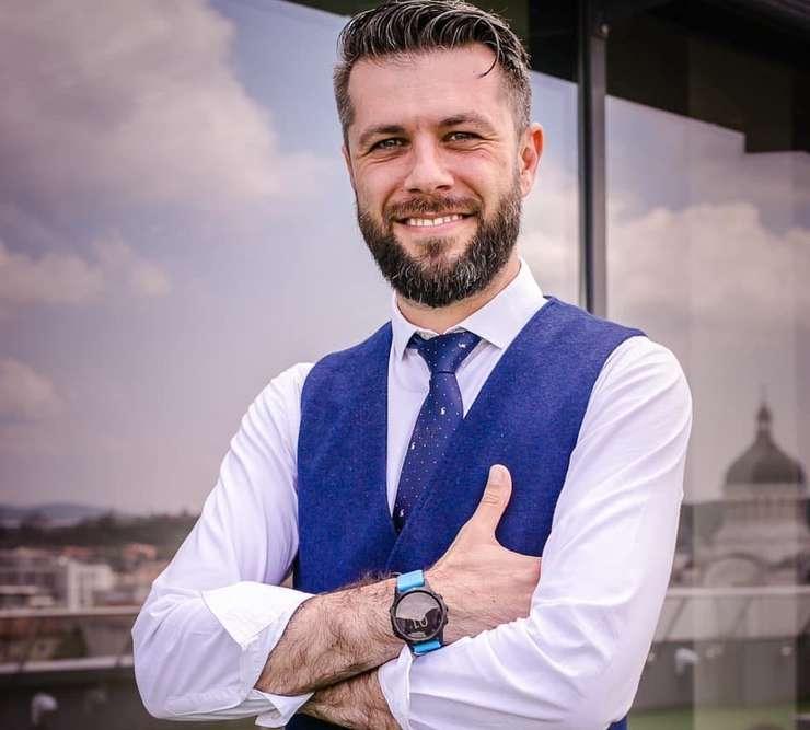 Fost prezentator TV la Antena 1, Daniel Osmanovici a devenit purtătorul de cuvânt al Casei Naționale de Asigurări de Sănătate pe 1 august 2018