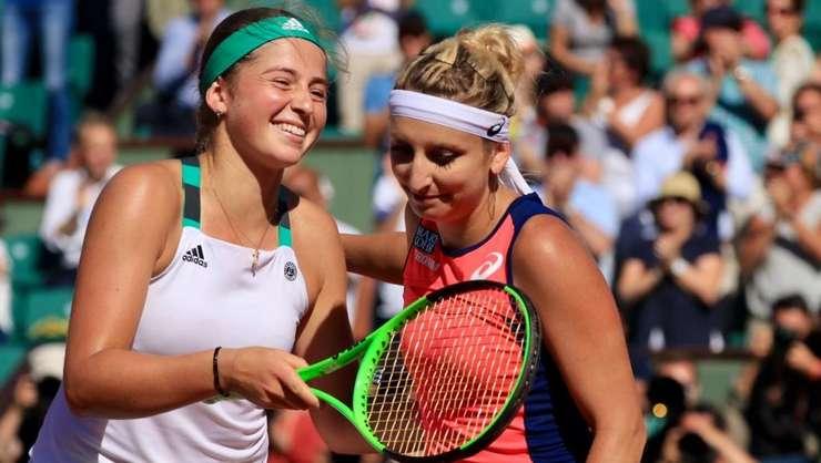 Jelena Ostapenko (stânga) a trecut surprinzător în semifinale de Timea Bacinski (dreapta)