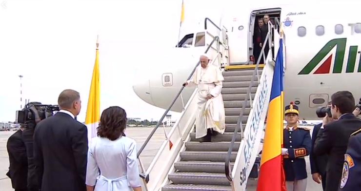 Papa Francisc, pe aeroportul Henri Coandă din București (Foto: captură video TVR 1)