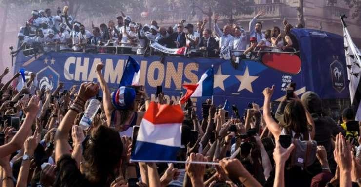 Pe Champs Elysées, oamenii au sarbatorit luni victoria Albastrilor.