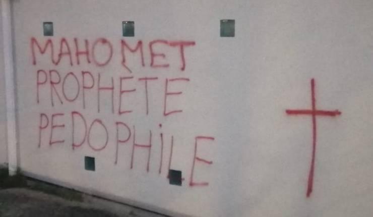Inscriptie injurioasà si obscenà, pe zidul unui centru cultural islamic din Rennes.