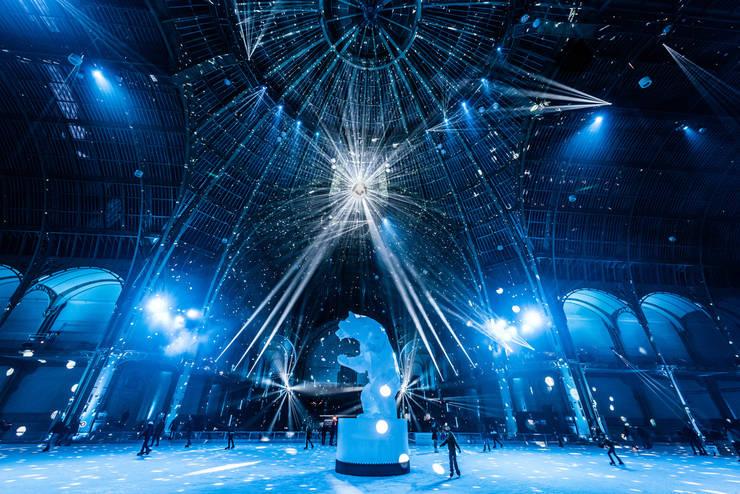 Pentru 2019, la Grand Palais des Glaces domină o sculptură semnata de Richard Orlinski. Are o înalţime de 7 metri şi se numeşte «Standing Wild Bear».