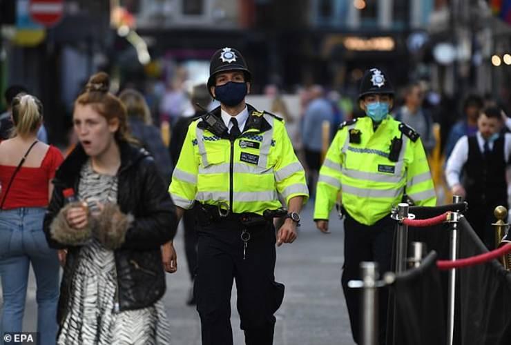 Polițiști cu mască în Anglia