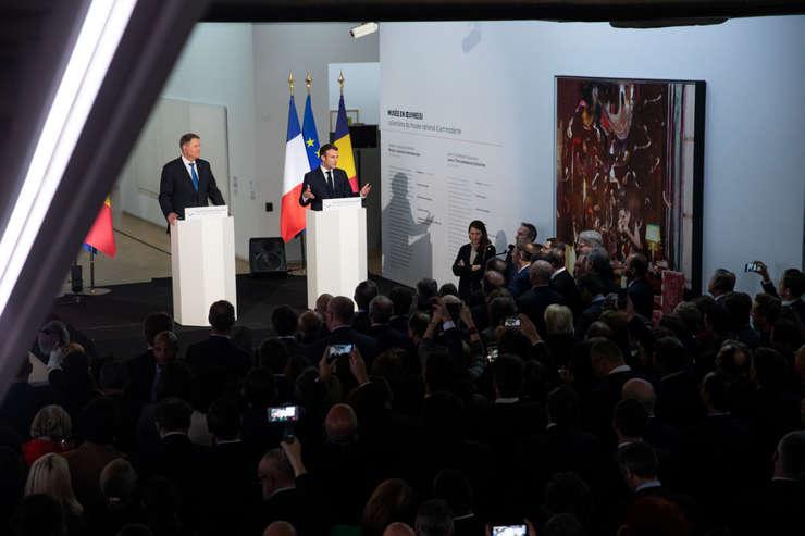 Presedintele Frantei si al României, Emmanuel Macron si Klaus Iohannis deschid sezonul Franta - România la Centre Pompidou, Paris, noiembrie 2018, lânga un tablou semnat de Adrian Ghenie.