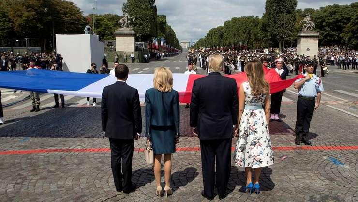 Presedintii Macron si Trump, în compania sotiilor lor, pe 14 iulie 2017 la Paris în timpul traditionalei defilari militare de pe Champs Elysées