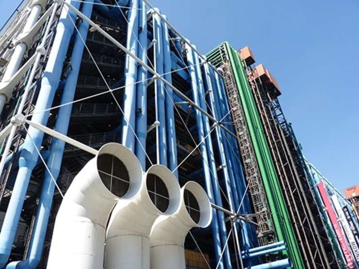 Prezenta culorilor este una din caracteristicile arhitecturii Centrului Pompidou din Paris. Patru culori animeaza fatada - albastru, rosu, galben si verde.