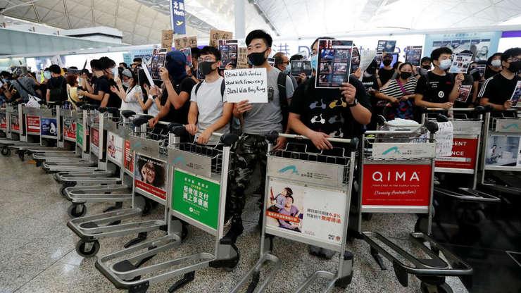 Protestatari blocheaza aeroportul din Hong Kong, al 8-lea cel mai mare aeroport din lume.