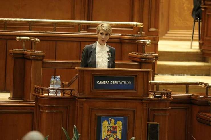 Raluca Turcan critică scandalul din interiorul PSD (Sursa foto: Facebook/Raluca Turcan)