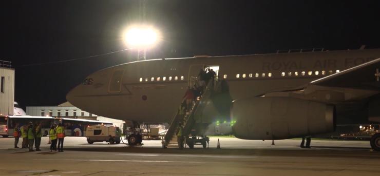Refugiați afgani descind pe aeroportul militar Brize Norton