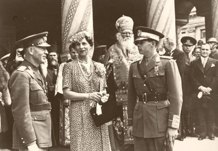 Ion Antonescu (stânga), Regina Mamă Elena și Regele Mihai în 1940