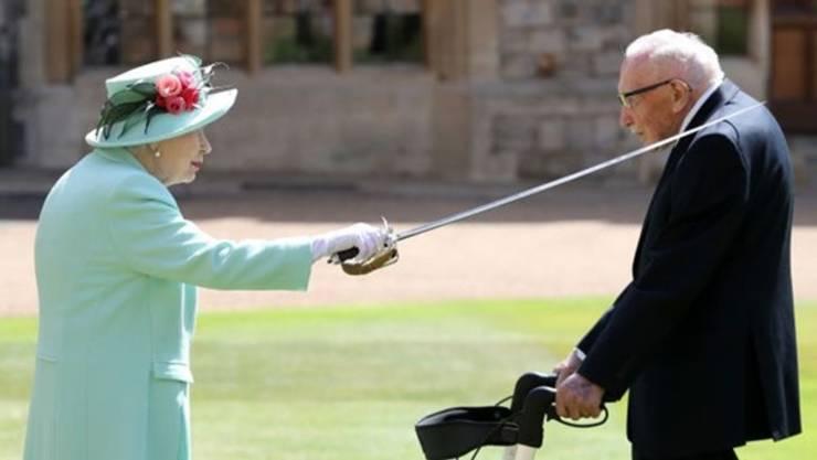 Regina și Căpitanul Sir Tom