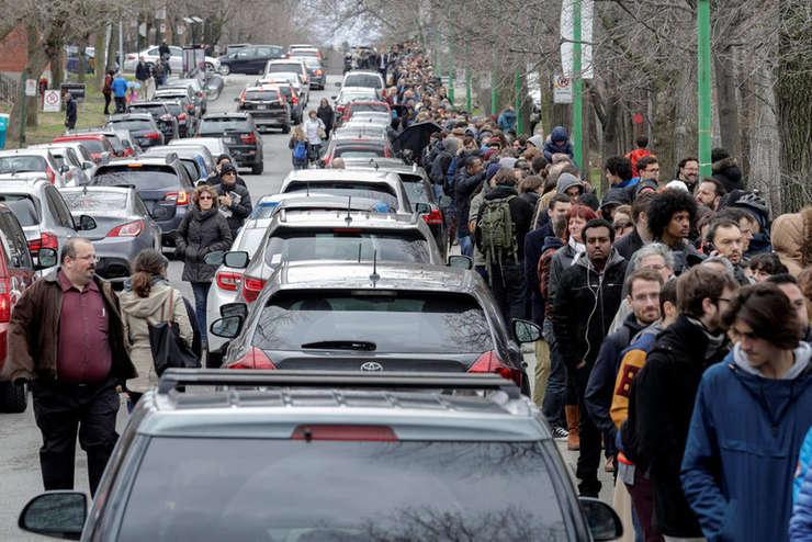 Coada de alegatori la Colegiul Stanislas din Montreal, 22 aprilie
