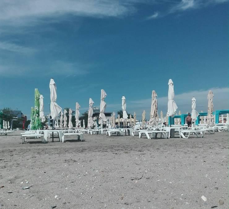 Șezlonguri pe o plajă din Mamaia, într-o dimineață din cursul săptămânii (Foto: RFI/Cosmin Ruscior)