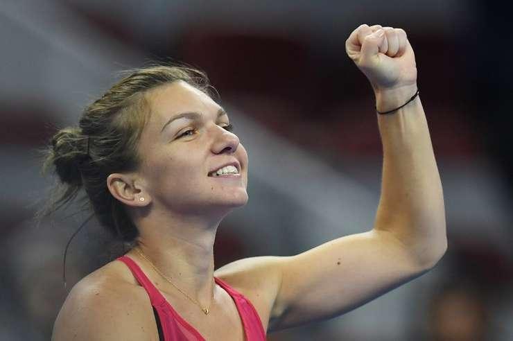 Simona Halep salută publicul, după victoria în faţa rusoaicei Maria Şarapova, la Beijing (Foto: AFP/Greg Baker)