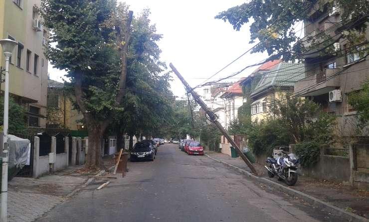 Stâlp înclinat, după furtuna de miercuri din Bucureşti (Foto: RFI/Şerban Georgescu)
