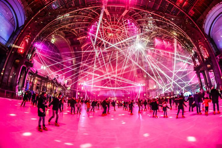 Sute de mii de patinatori vin sa se bucure în fiecare decembrie de cel mai mare patinoar din lume, Grand Palais, Paris.