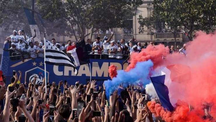 Sute de mii de suporteri aflati pe Champs Elysées au aclamat echipa Frantei, luni 16 Julie 2018