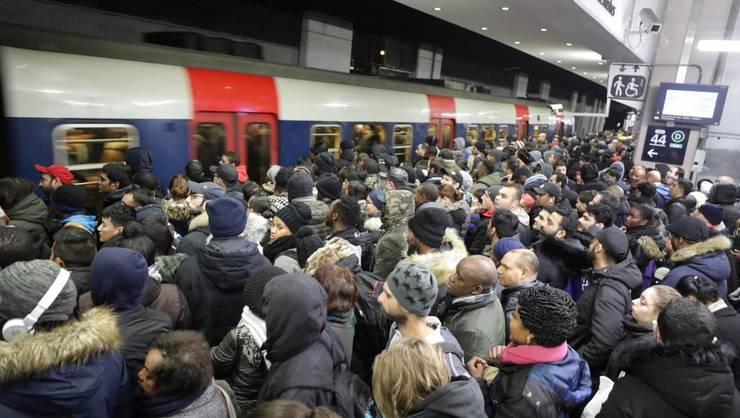 Traficul cu transportul public este puternic perturbat în Paris, în cea de-a sasea zi de greva împotriva reformei pensiilor, 10 decembrie 2019.