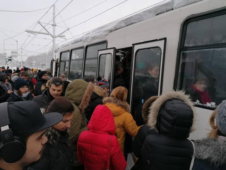 Aglomerație în stația tramvaiului 41 din Piața Drumul Taberei (Foto: RFI/Cosmin Ruscior)