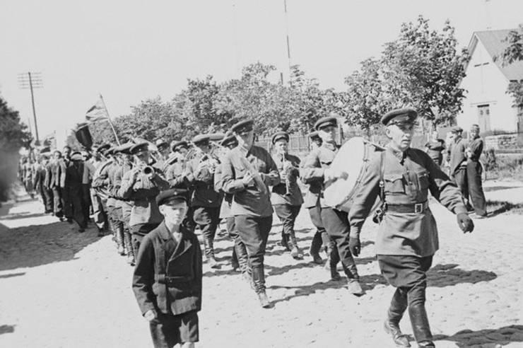 Trupe sovietice intră ăn Talinn în 1940