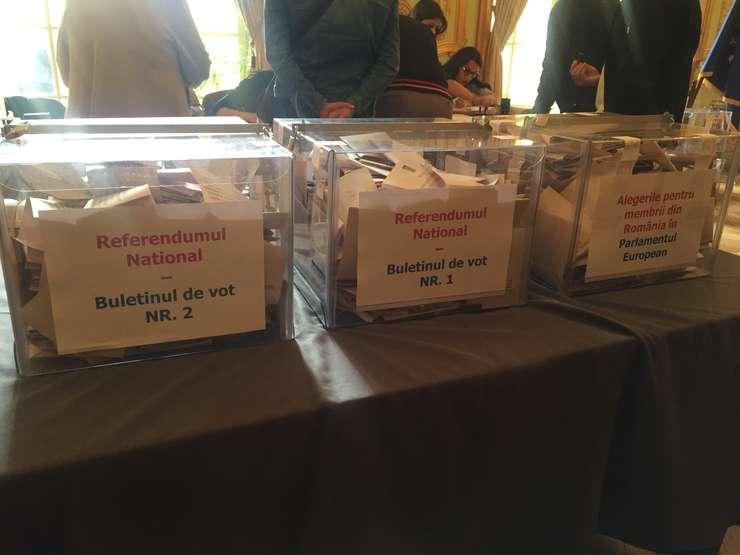 Urnele de vot în cadrul Ambasadei României la Paris, pentru alegerile europene si referendumul pe justitie