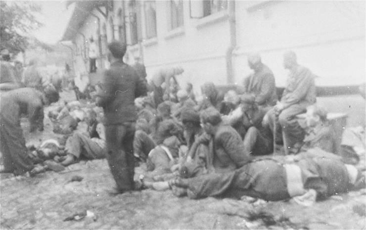 Evrei în curtea Chesturii de poliție Iași