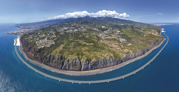 Vedere aeriana a celui mai costisitor viaduct din lume. El înconjoara o parte din insula Reunion, departament francez de peste mari.