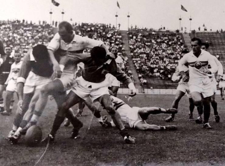 Viroel Moraru (stânga) și Alex Teofilovici în meciul cu Franța 1960