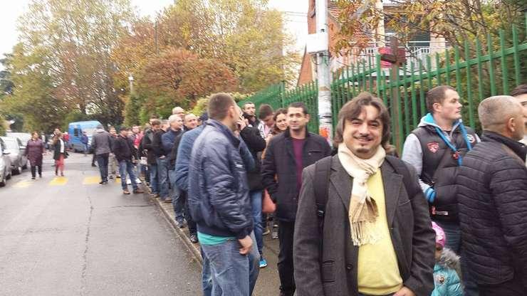 Vitalie Vovc la coadă la votare la Montreuil în suburbia Parisului