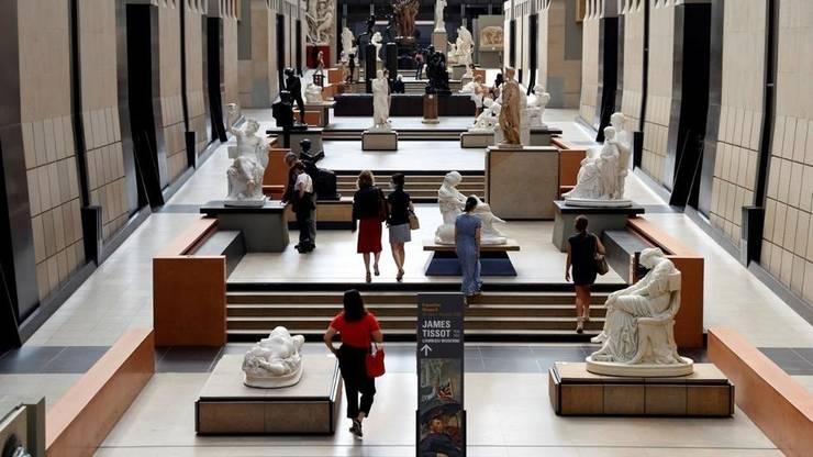 Vizitatori pot fi vazuti în Musée d'Orsay în prima zi de redeschidere de dupa carantina impusa pe fondul crizei sanitare cauzate de coronavirus, 23 iunie 2020.
