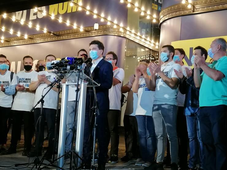 Nicușor Dan, alături de voluntarii din staff-ul său (Foto: RFI/Cosmin Ruscior)