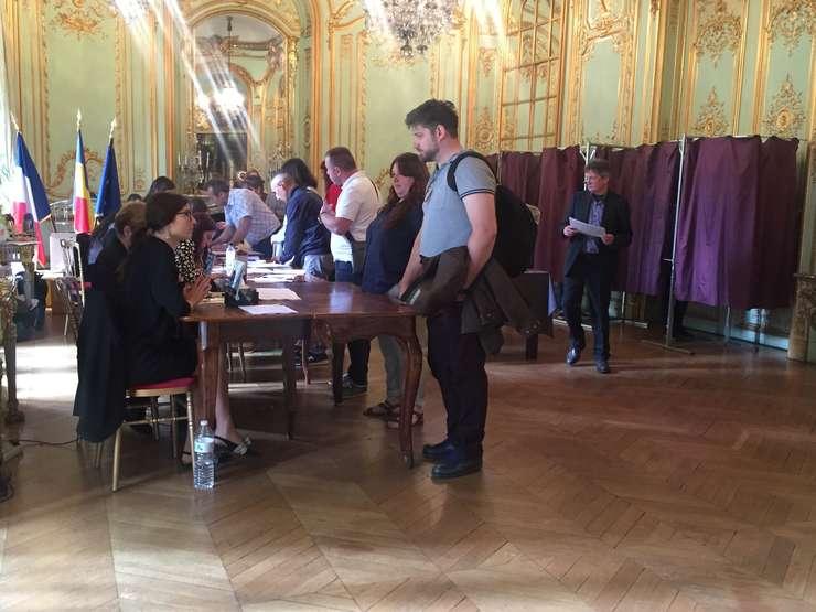 Votantii au stat la coada aproximativ 2 ore pentru a putea depune buletinul de vot în urne, în cadrul alegerilor europene si pentru referendumul pe justitie, Ambasada României la Paris, 26 mai 2019