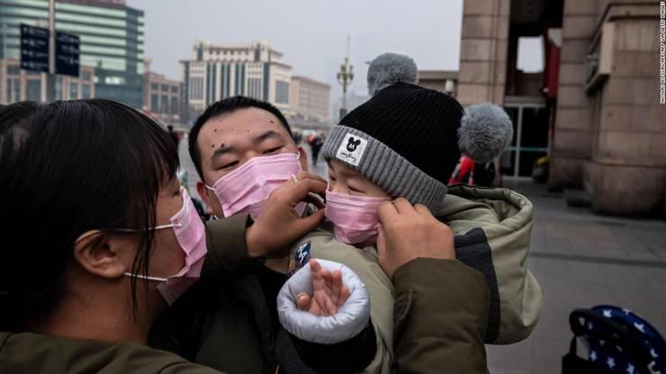 Locuitori din Wuhan, China