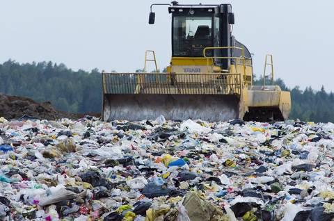 Cine va plăti taxa pentru depunerea deşeurilor la groapa de gunoi?