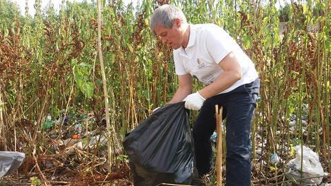 Cioloș voluntar la strâns gunoaie în Parcul Văcărești