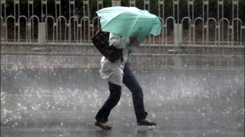 Avertizare METEO: Ploi abundente şi vânt puternic până miercuri seară